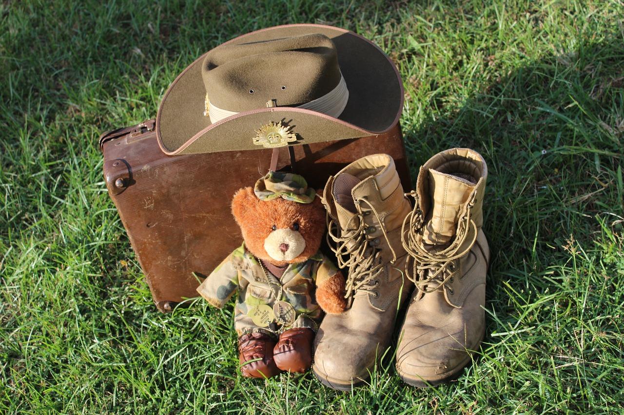 peluche ours soldat avec chapeau, bottes et valise