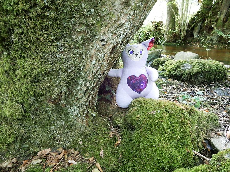 peluche Love-Garou du patron de couture O'Kryn Plush - décor arbre mousse rivière