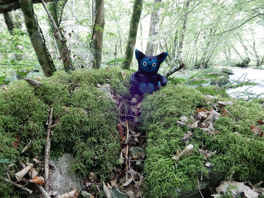 peluche Love-Garou du patron de couture O'Kryn Plush - décor rochers mousse forêt rivière