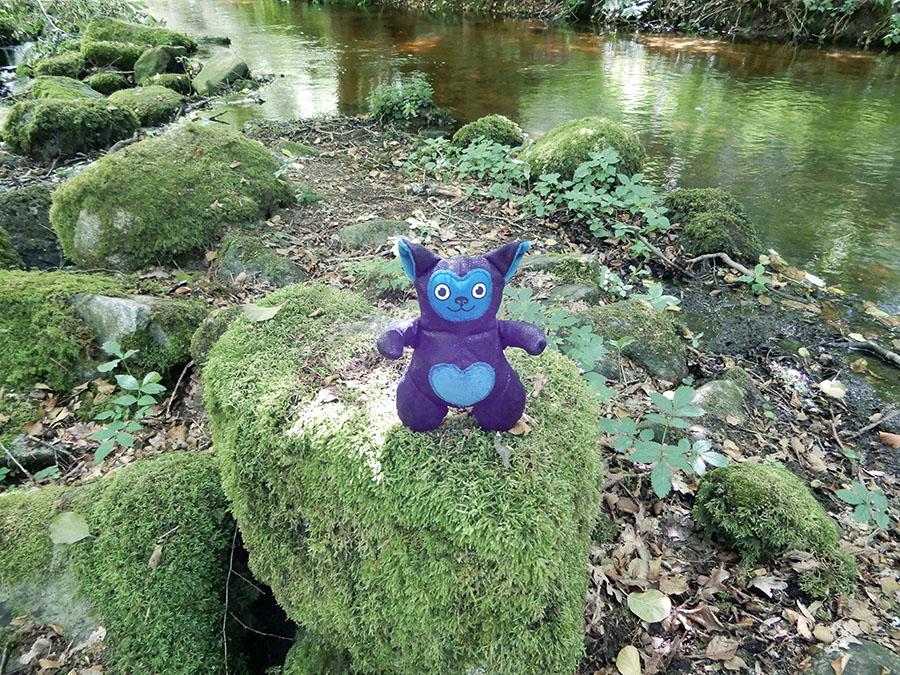 peluche Love-Garou du patron de couture O'Kryn Plush - décor rochers mousse rivière