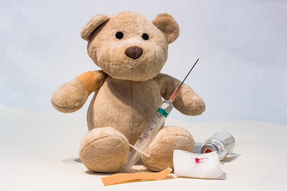peluche ours malade avec seringue et pansement